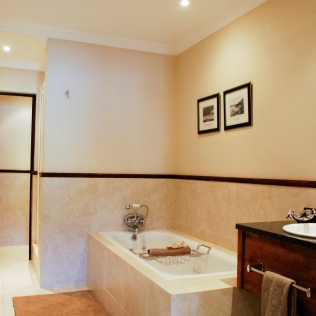 Bathroom_HoneymoonSuite_LPL