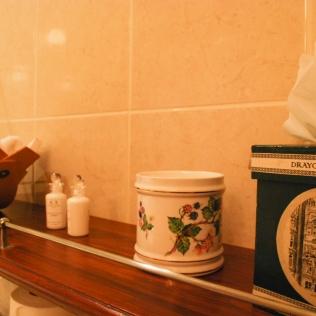 Bathroom_Shelf_AgathaChristie_Rooms_Draycott
