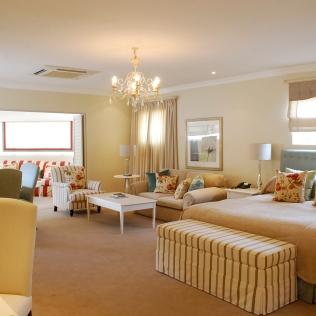 Bedroom_Lounge_FamilySuite_TLW_Con