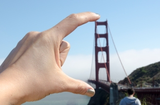GoldenGateBridge_TinyBridgeBetweenFingers_11_SanFrancisco_KAB