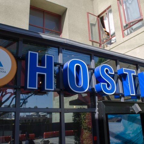 HI_Hostel_HostelEntranceSign_06_SantaMonica_KAB