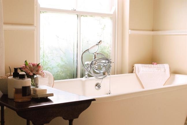SuperiorDouble_Bathtub_WoodenCaddy_Window_CloseUp_Bathroom_Dark.TLW_BC