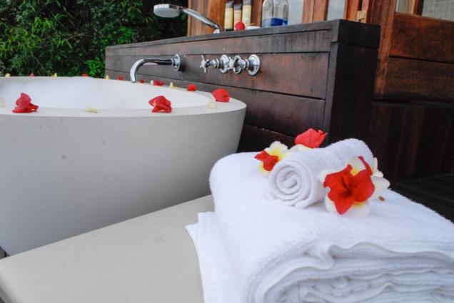 Towels_Bathtube_FLowers_Detail_IslandRoom_RoyalChundu